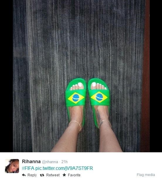 23.jun.2014 - A cantora Rihanna postou imagem com chinelos com a bandeira do Brasil durante o jogo da seleção contra Camarões