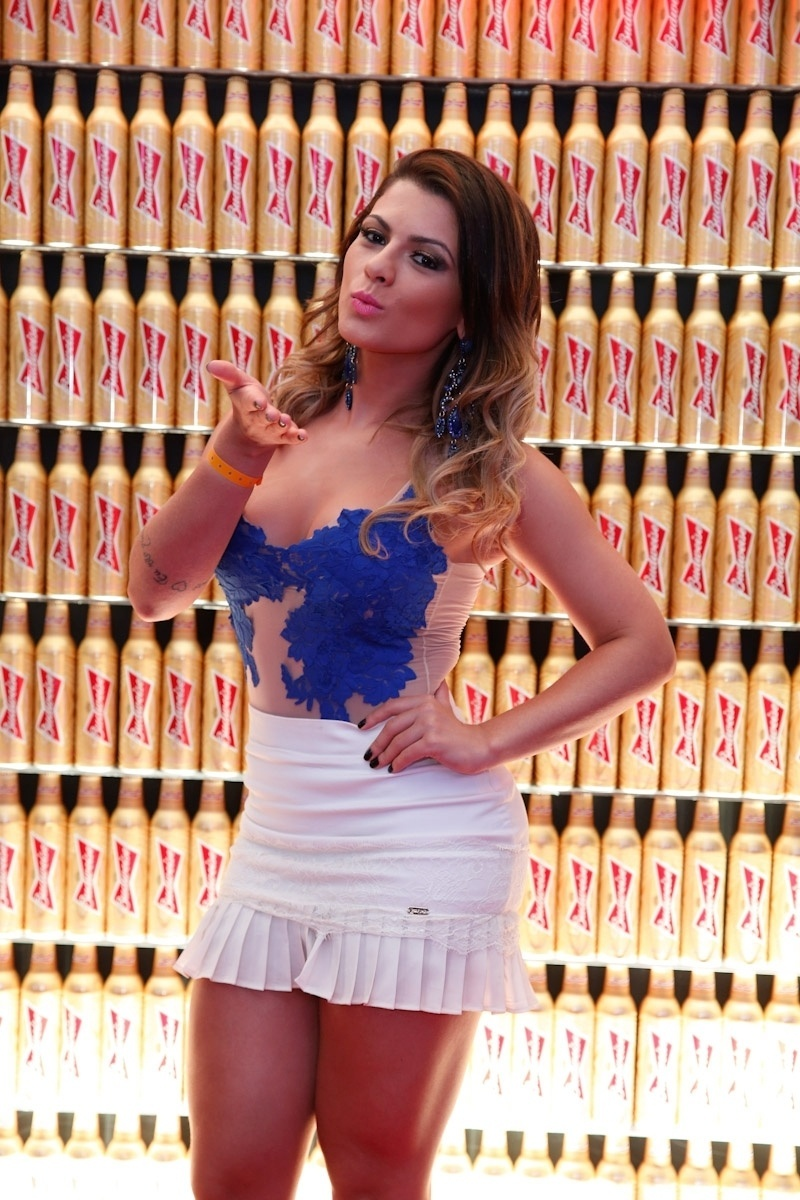 23.jun.2014 - A ex-panicat Babi Rossi se veste de azul para torcer pelo Brasil em hotel no Rio de Janeiro