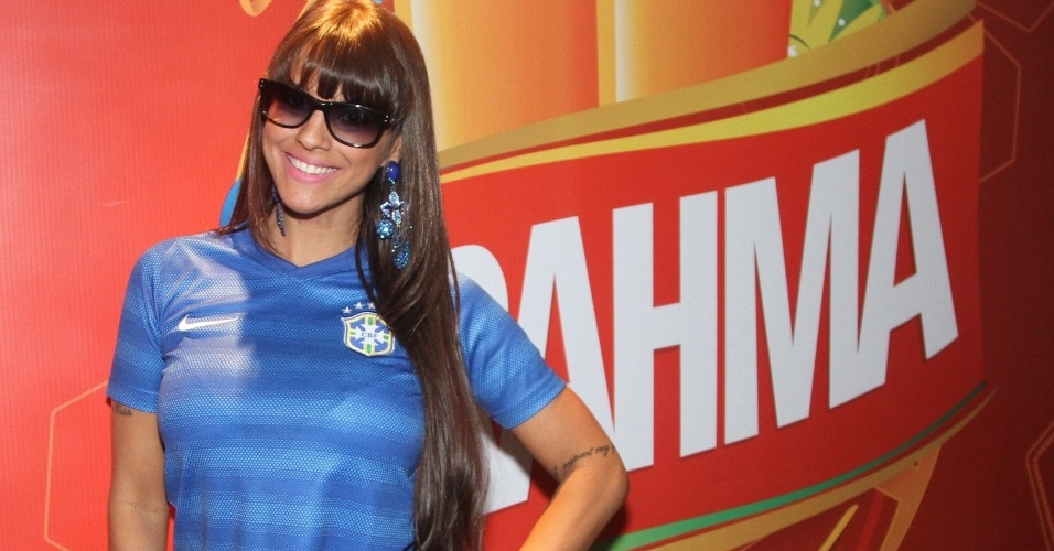 23.jun.2014 - A panicat Carol Dias vai ao Estádio do Morumbi para o jogo entre Brasil e Camarões