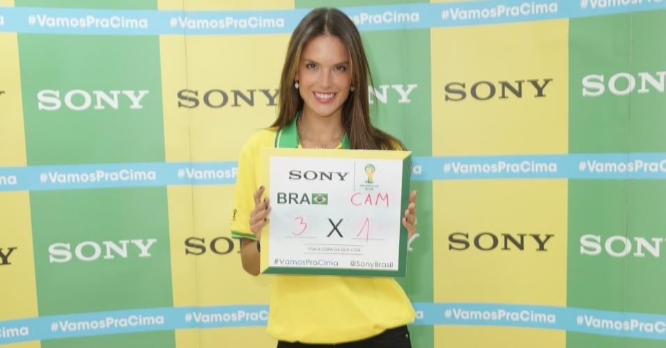 23.jun.2014 - A top model Alessandra Ambrósio aposta em 3x1 para o Brasil contra Camarões