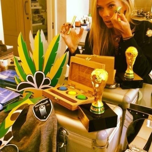 """23.jun.2014 - Adriane Galisteu pintou o rosto de verde e amarelo para torcer pelo Brasil. A apresentadora mostrou a preparação do make em seu Instagram. """"To quase!"""", escreveu ela, que aparece na foto em frente ao espelho"""