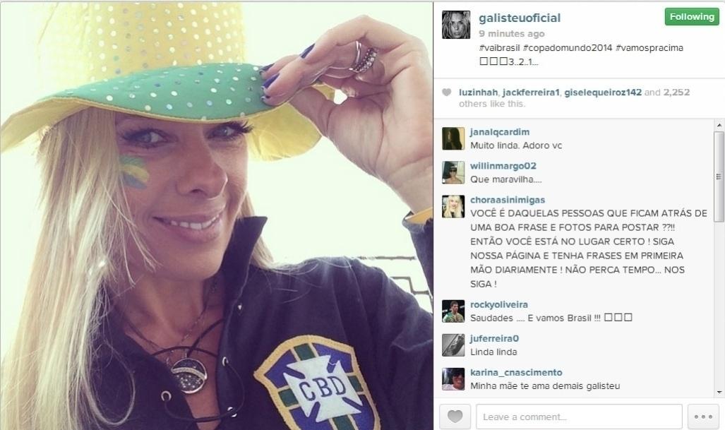 23.jun.2014 - Adriane Galisteu usou blusa do Brasil e chapéu verde e amarelo para torcer pela seleção contra Camarões