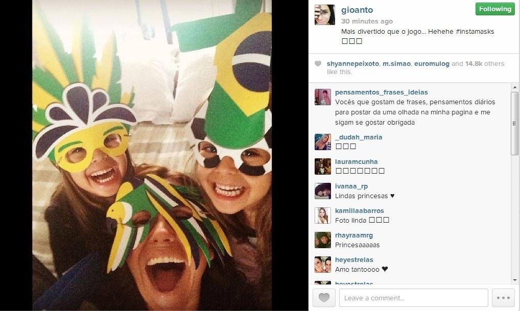 23.jun.2014 - Antes do jogo Brasil x Camarões, Giovana Antonelli fez um selfie com as filhas, todas vestindo máscaras verde e amarelo.