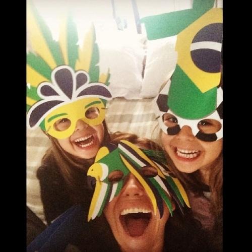 """23.jun.2014 - Antes do jogo Brasil x Camarões, Giovana Antonelli fez um selfie com as filhas, todas vestindo máscaras verde e amarelo. """"Mais divertido que o jogo"""", escreveu a atriz de """"Em Família"""""""