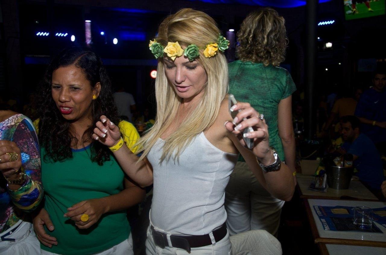23.jun.2014 - Antonia Fontenelle samba para comemorar a vitória do Brasil por 4x1 contra Camarões