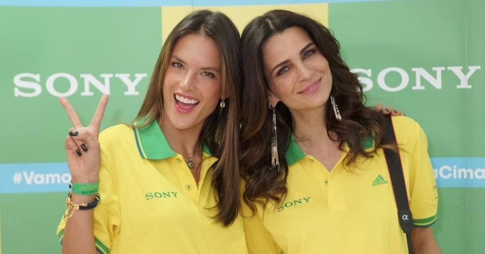 23.jun.2014 - As modelos Alessandra Ambrósio e Fernanda Mota posam juntas antes do jogo entre Brasil e Camarões no Estádio Nacional Mané Garrincha, em Brasília