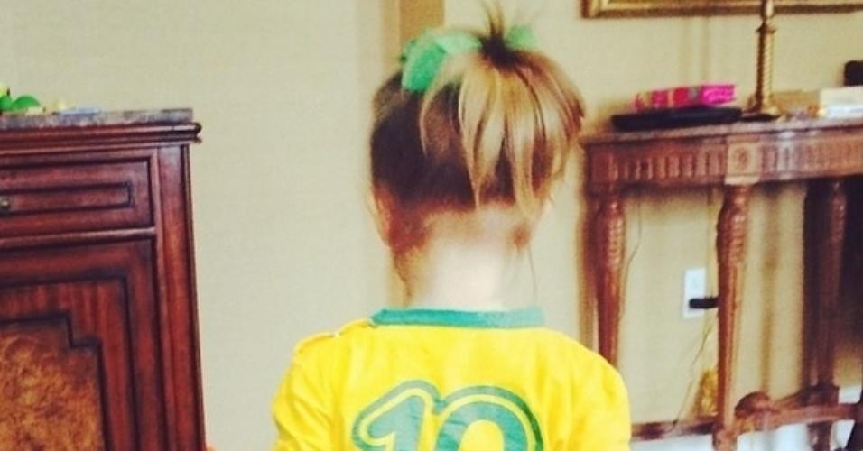 23.jun.2014 - Eva, filha dos apresentadores Angélica e Luciano Huck, torce pelo Brasil durante a partida contra Camarões