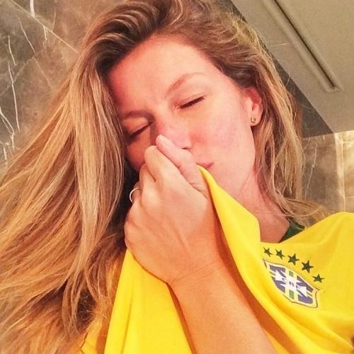 """23.jun.2014 - Gisele Bündchen beija a camisa da Seleção e diz: """"Pronta pro jogo! Vai que é tua Brasil!!! #VamosBrasil #CopadoMundo"""""""