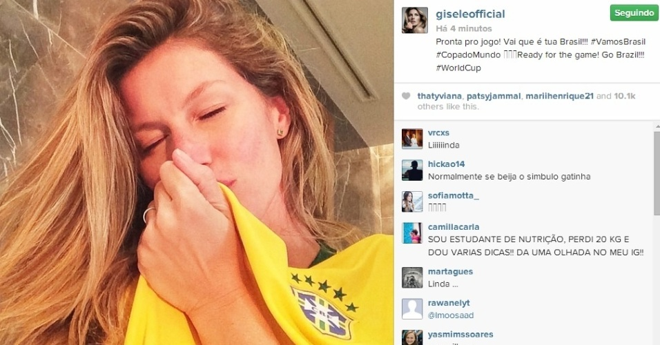 23.jun.2014 - Gisele Bündchen beija a camisa da Seleção e diz: