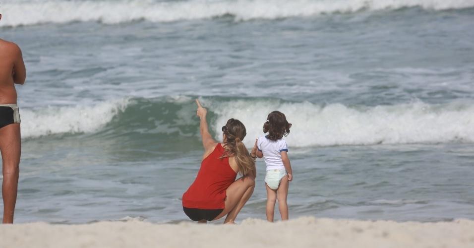 23.jun.2014 - Grazi Massafera brinca com a filha Sofia na praia da Barra da Tijuca, Zona Oeste do Rio. Após se divertirem na areia, as duas aproveitaram para beber água de coco em um quiosque. Elas estavam acompanhadas da atriz Ana Lima, que fez caminhada com Grazi