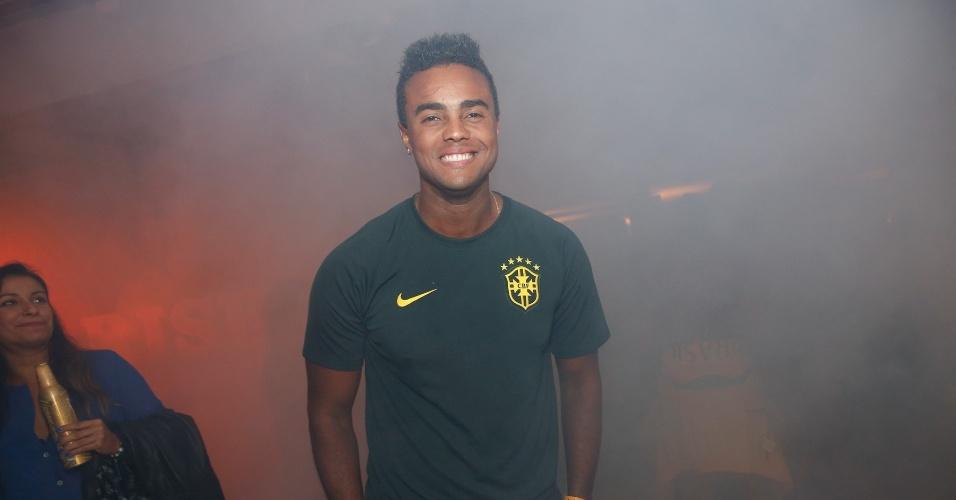 23.jun.2014 - Jorge de Sá curte festa em hotel no Rio depois da vitória do Brasil contra Camarões na Copa do Mundo