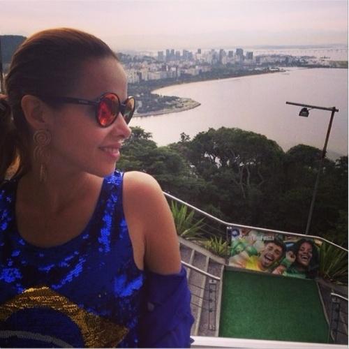 23.jun.2014 - Leona Cavalli veste blusa com paetês para torcer pelo Brasil contra Camarões na Copa do Mundo