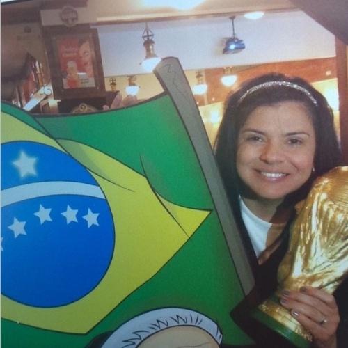 """23.jun.2014 - Mara Maravilha apoiou o Brasil com bandeira e réplica da taça da Copa do Mundo. """"Pela fé, quero o hexa Brasil"""", escreveu"""