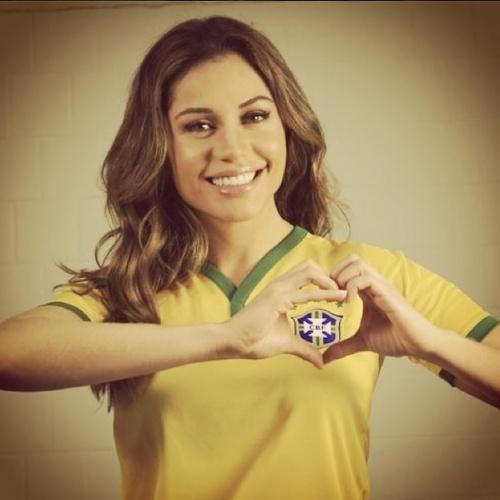 """23.jun.2014 - Maria Melilo veste a camisa do Brasil e faz coração na torcida pela Seleção no jogo contra Camarões: """"Vai Brasil"""""""