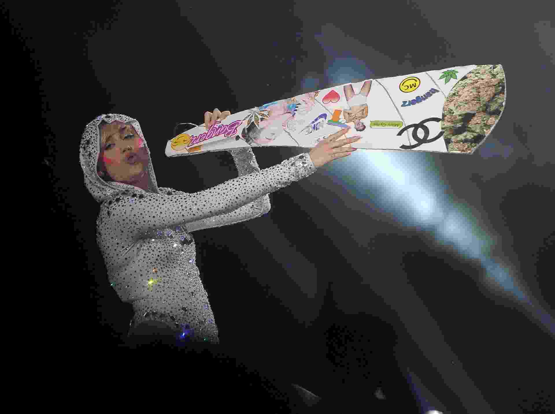 23.jun.2014 - Miley Cyrus apresenta show da turnê Bangerz em Amsterdã, na Holanda - SplashNews