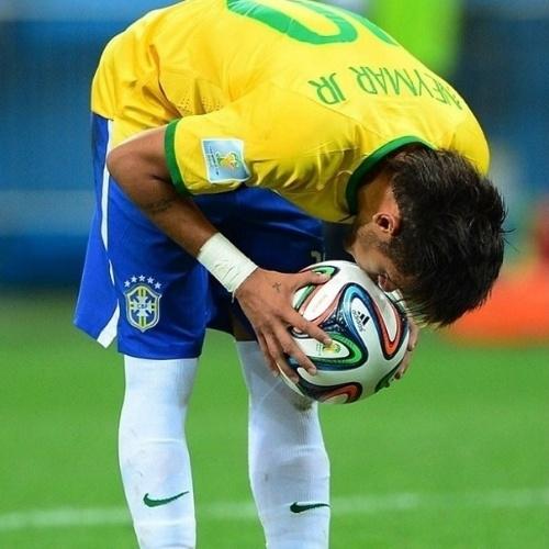 """23.jun.2014 - Momentos antes do jogo do Brasil contra Camarões, Neymar posta foto em campo beijando a bola. """"Creia,diz a fé. Viva, diz o momento. Tente, diz a chance. Persevere, diz a vida. Confie, diz a esperança. Sorria, diz a experiência. Arrisque, diz o sonho. Ame, diz o tempo. Coragem, diz a luta. Acharás a felicidade logo em seguida, afirma a sabedoria ! Que Deus nos abençoe e nos proteja !!"""", disse o camisa 10 da Seleção"""