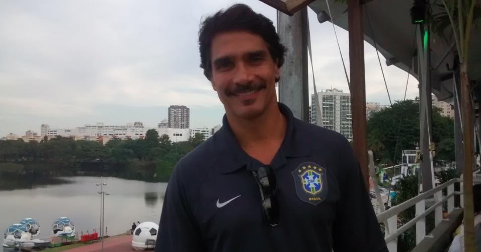 23.jun.2014 - O ator Rafael Calomeni acompanhou o jogo do Brasil contra Camarões no Terraço Lagoa, no Rio de Janeiro