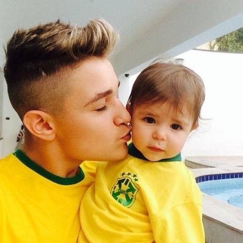 """23.jun.2014 - O funkeiro MC Gui postou imagem com criança no colo e camisa do Brasil. """"Mais um jogo se inicia!! Vamos honrar nosso manto Seleção! Boa Sorte"""", escreveu"""