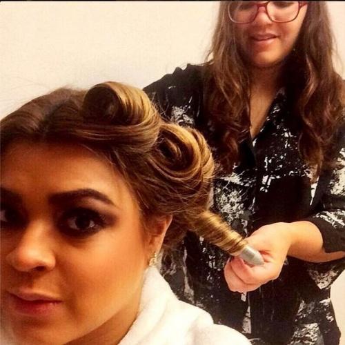"""23.jun.2014 - Preta Gil prepara cabelo para participar do """"Mais Você"""""""