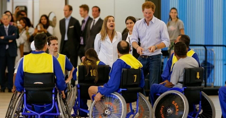 23.jun.2014 - Príncipe Harry conversa com pacientes do hospital e centro de reabilitação Sarah, no Lago norte, em Brasília. Essa é a primeira parada da visita oficial do filho mais novo de Charles e Diana ao Brasil