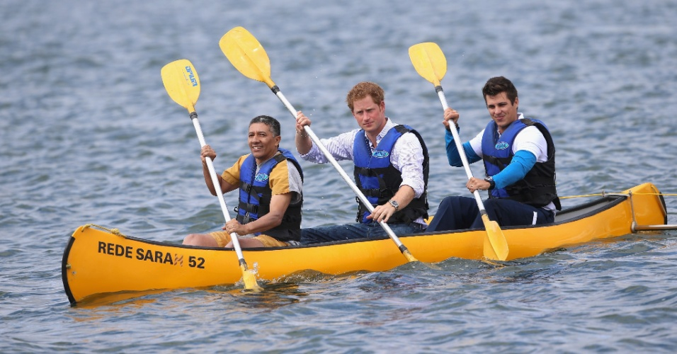 23.jun.2014 - Príncipe Harry faz exercícios de canoagem com pacientes da Rede Sarah no Lago Paranoá, em Brasília