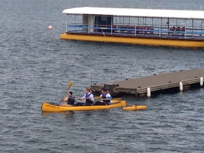 23.jun.2014 - Príncipe Harry faz exercícios de canoagem com pacientes da Rede Sarah no Lago Paranoá, em Brasília. Ele está em visita oficial ao Brasil