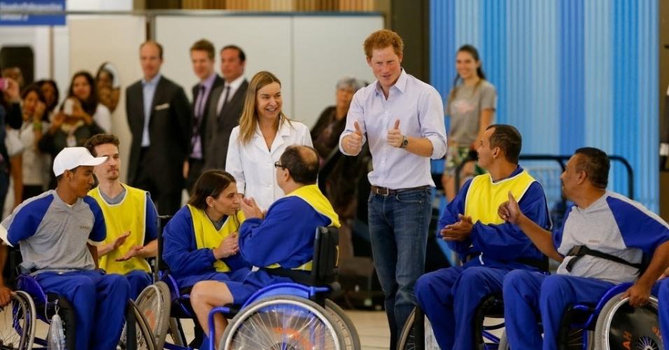 23.jun.2014 - Príncipe Harry faz sinal de