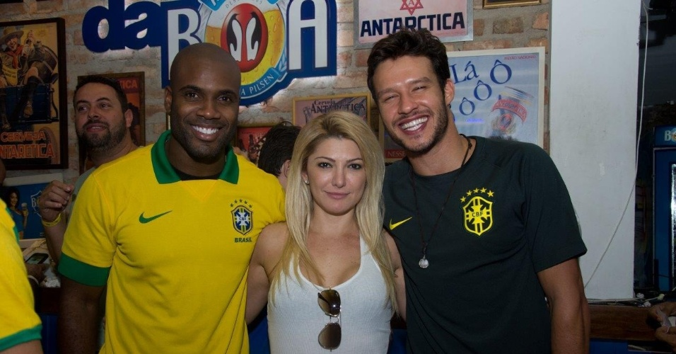 23.jun.2014 - Rafael Zulu, Antônia Fontenelle e Nando Rodrigues assistem ao jogo Brasil x Camarões juntos em um bar no Rio de Janeiro