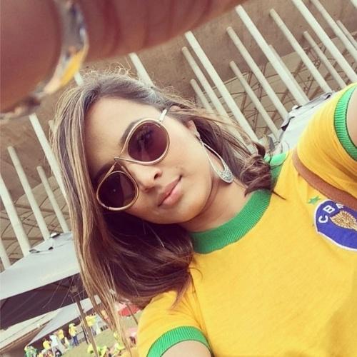 23.jun.2014 - Thaissa Carvalho, namorada do jogador Daniel Alves, postou fotos chegando ao Estádio Nacional em Brasília para assistir a Brasil x Camarões