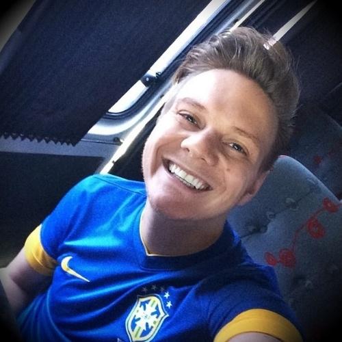 23.jun.2014 - Vestido com a camisa do Brasil, o cantor Michel Teló posta foto a caminho do Estádio Nacional para ver o jogo da Seleção contra Camarões
