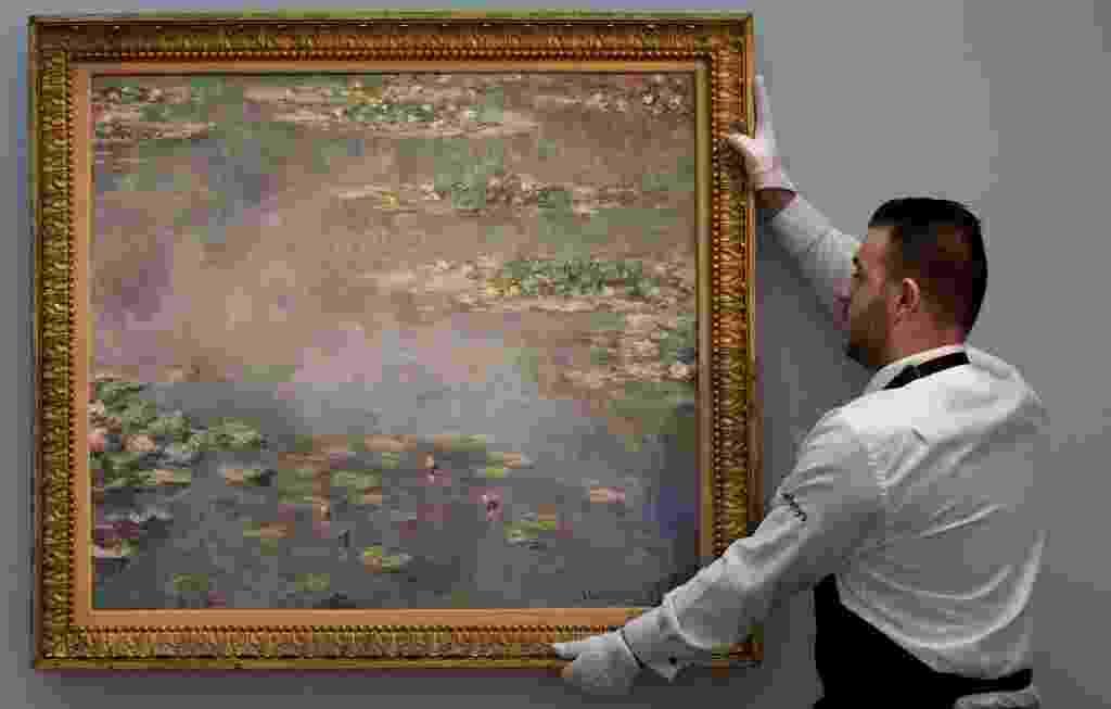 """Duadro da série """"Nenúfares"""", de Claude Monet, leiloado por US$ 54 mi na casa Sotherby - Andrew Cowie/AFP Photo"""