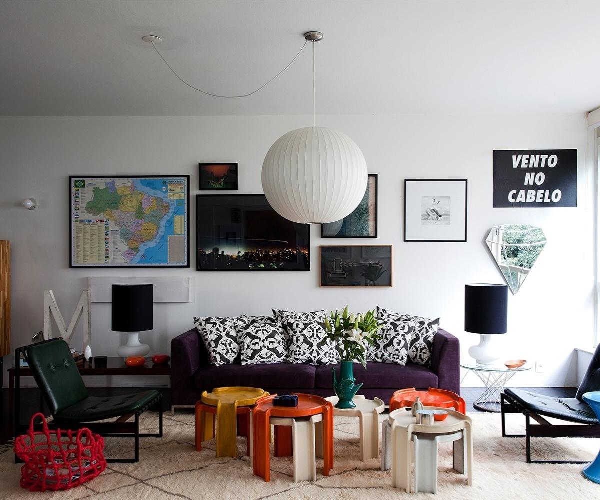 Nesse projeto do arquiteto Maurício Arruda, o mapa do Brasil (à esq.) ganhou destaque graças à moldura preta. A composição moderna foi feita com outros quadros em diferentes tamanhos, alguns são fotografias, mas também há um pôster e um espelho estilizado, em formato de diamante