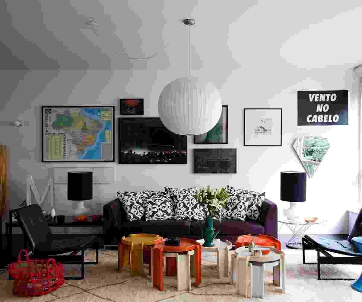 Nesse projeto do arquiteto Maurício Arruda, o mapa do Brasil (à esq.) ganhou destaque graças à moldura preta. A composição moderna foi feita com outros quadros em diferentes tamanhos, alguns são fotografias, mas também há um pôster e um espelho estilizado, em formato de diamante - Fran Parente/ Divulgação