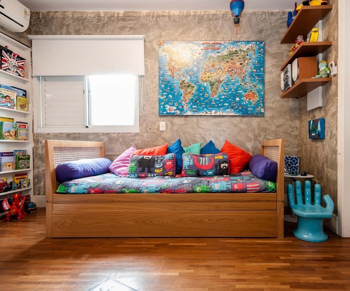 Os mapas podem ser usados na decoração de quartos infantis e estimular, assim, os pequenos a se aproximarem e gostarem de geografia. O cuidado, nesse caso, é escolher um modelo com uma linguagem lúdica, como o que decora o dormitório projetado pela arquiteta Flávia Sá para um menino de cinco anos