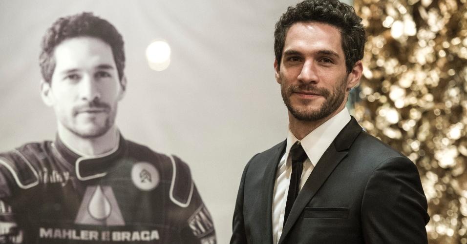 Um dos destaques da festa é o famoso piloto de Fórmula 1, Antonio Gonzalez (Michel Noher)