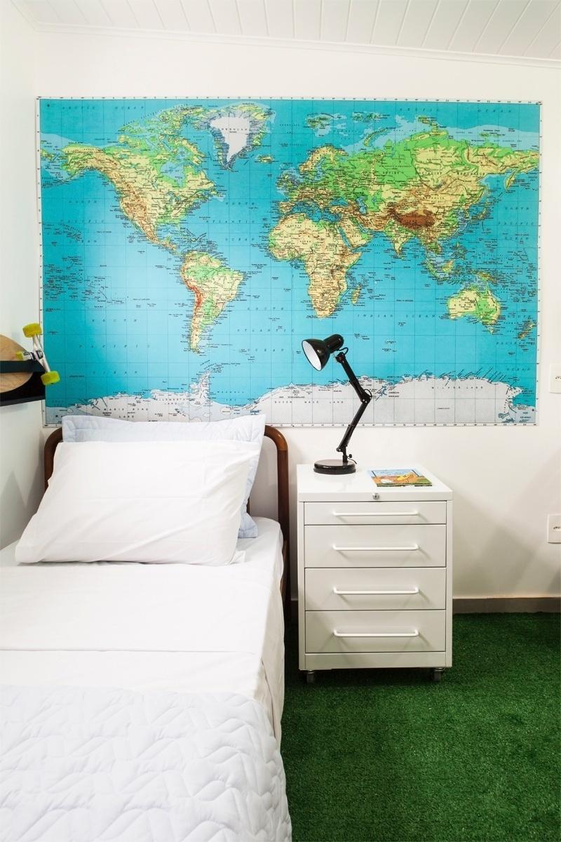 Um mapa grande foi usado para decorar a parede junto à cabeceira da cama, nesse quarto de solteiro projetado pelo arquiteto Maurício Arruda. Sem moldura, o gráfico combinou com a ambientação