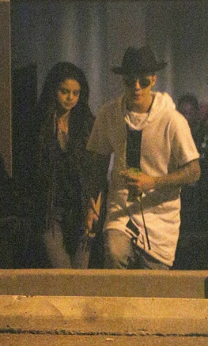 21.jun.2014 - Selena Gomez e Justin Bieber são flagrados deixando estúdio de gravação em Los Angeles
