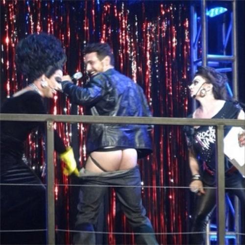 22.jun.2014 - James Franco mostra o bumbum em festa beneficente na boate gay Hammerstein Ballroom, em Nova York