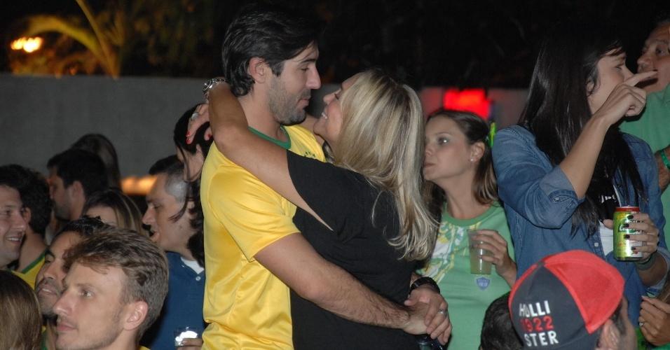 23.6.2014- Susana Vieira e Sandro Pedroso assistem jogo do Brasil e Camarões em clima de romance no Hotel Tivoli São Paulo