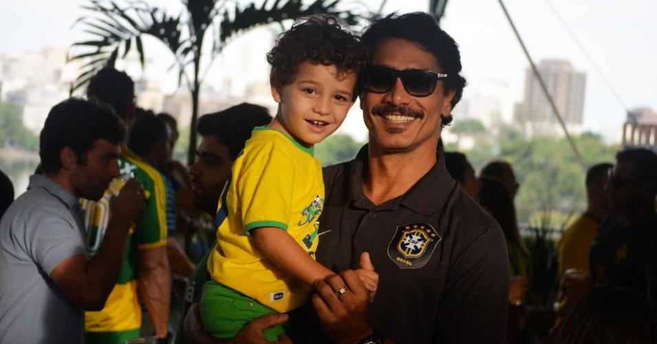 23.jun.2014- Rafael Calomeni levou o filho para assistir o jogo de Brasil e Camarões em festa na Lagoa, zona sul do Rio