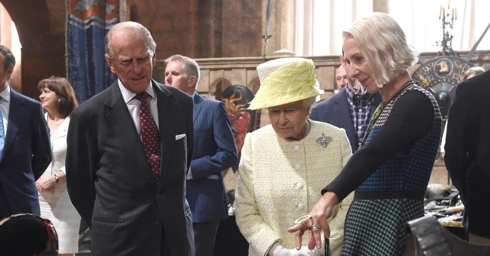 24.jun.2014 - A Rainha Elizabeth 2ª e o marido, o Príncipe Philip, observam as armaduras de