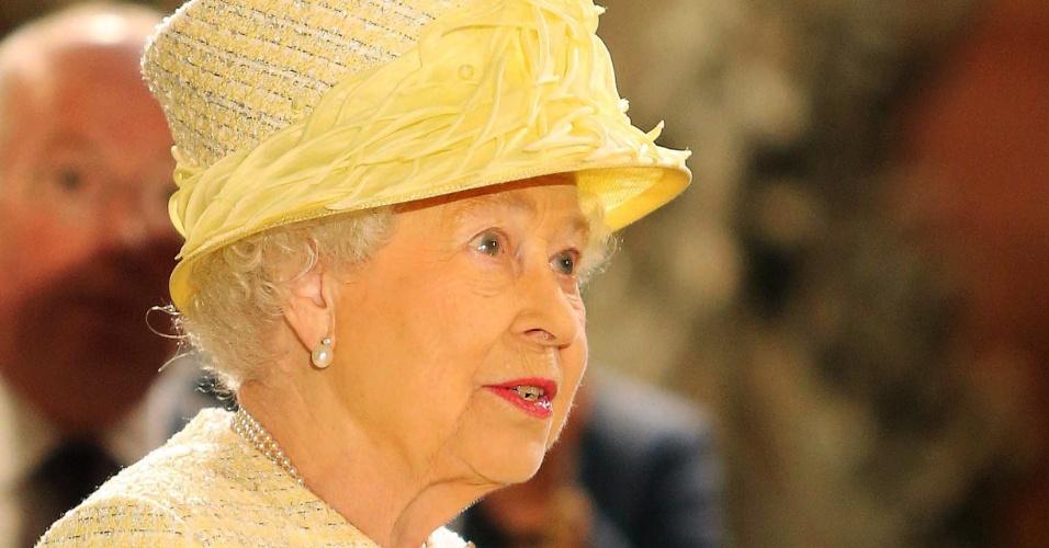 """24.jun.2014 - A Rainha Elizabeth 2ª ganha miniatura do Trono de Ferro durante visita ao set de """"Game of Thrones"""" em Belfast, na Irlanda do Norte"""