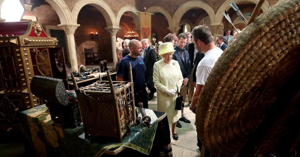24.jun.2014 - A Rainha Elizabeth 2ª observa cenário de