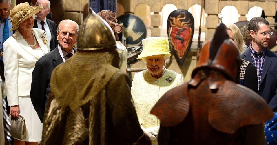 24.jun.2014 - Acompanhada do marido, o Príncipe Philip, a Rainha Elizabeth 2ª observa cenário de