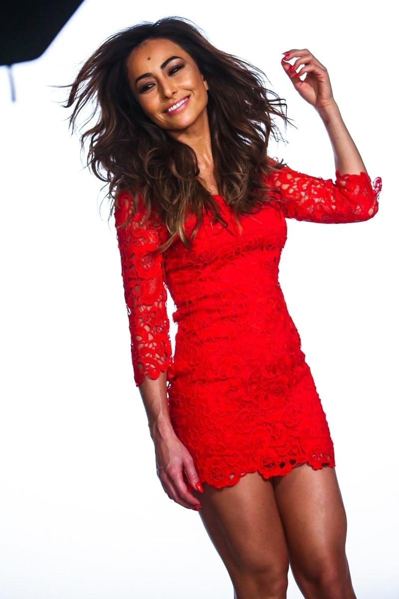 24.jun.2014 - Com um vestido vermelho, Sabrina Sato posa para campanha publicitária de uma marca de roupas feminina, em São Paulo