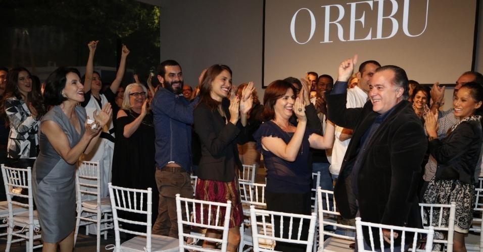 """24.jun.2014 - Elenco assiste ao clipe de exibição de """"O Rebu"""" durante a coletiva de lançamento da novela, no Rio"""
