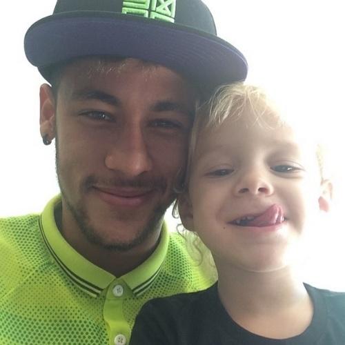 24.jun.2014 - Em dia de folga da Seleção, Neymar posta foto com o filho David Lucca