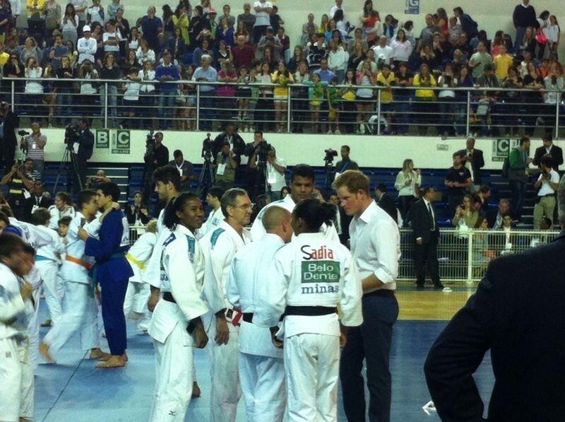 24.jun.2014 - No Minas Tênis Clube, em Belo Horizonte, Príncipe Harry é apresentado ao campeão mundial de judô Luciano Ribeiro
