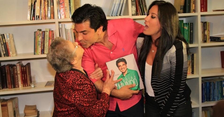 """24.jun.2014 -  Palmirinha dá selinho em Edu Guedes durante lançamento do livro """"Sabores do Mundo"""", de autoria do apresentador"""