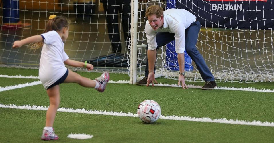 24.jun.2014 - Príncipe Harry joga futebol com crianças no Minas Tênis Clube, em Belo Horizonte, e vira goleiro